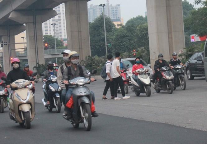 Nhiều cầu vượt 'tiền tỷ', người đi bộ vẫn bất chấp nguy hiểm băng qua đường - ảnh 10