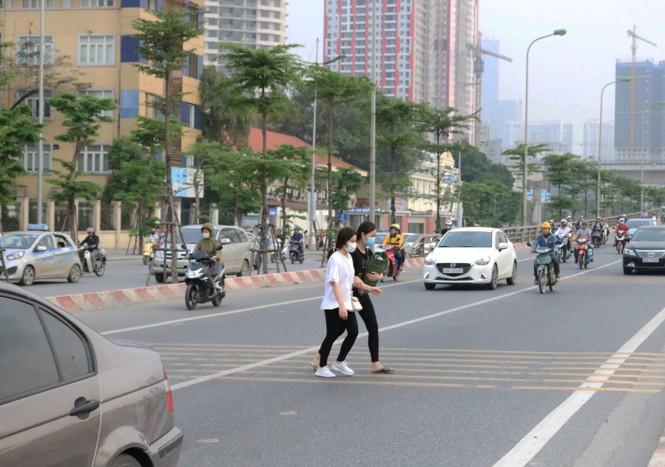 Nhiều cầu vượt 'tiền tỷ', người đi bộ vẫn bất chấp nguy hiểm băng qua đường - ảnh 11
