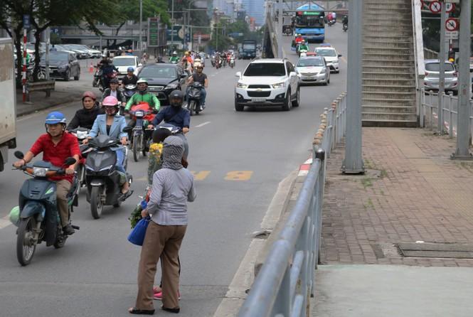 Nhiều cầu vượt 'tiền tỷ', người đi bộ vẫn bất chấp nguy hiểm băng qua đường - ảnh 12