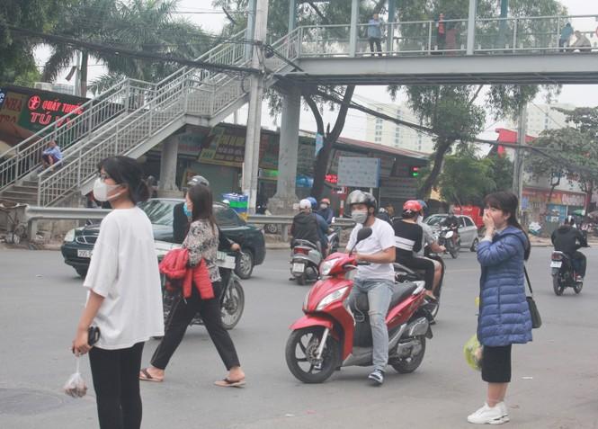 Nhiều cầu vượt 'tiền tỷ', người đi bộ vẫn bất chấp nguy hiểm băng qua đường - ảnh 2