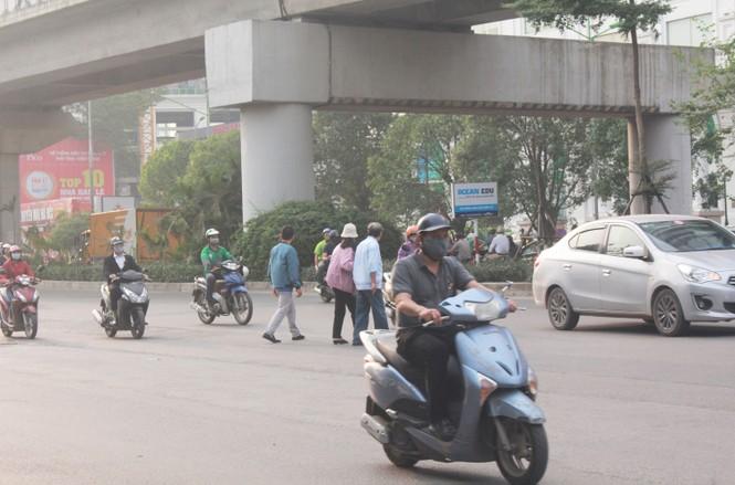 Nhiều cầu vượt 'tiền tỷ', người đi bộ vẫn bất chấp nguy hiểm băng qua đường - ảnh 9