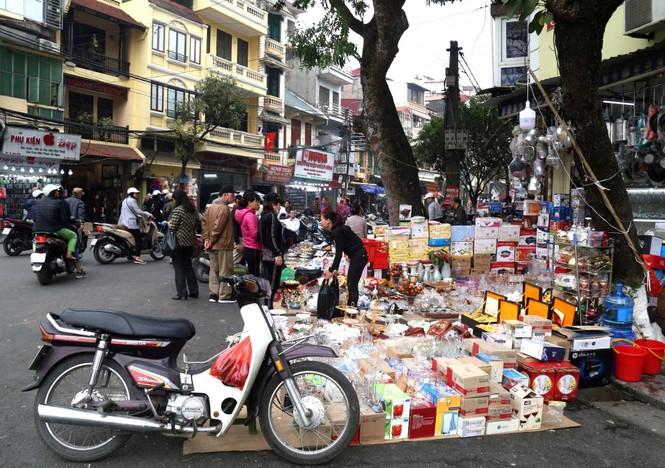 Cuối năm, người đi bộ ở Hà Nội lại bị 'đẩy' xuống lòng đường - ảnh 6