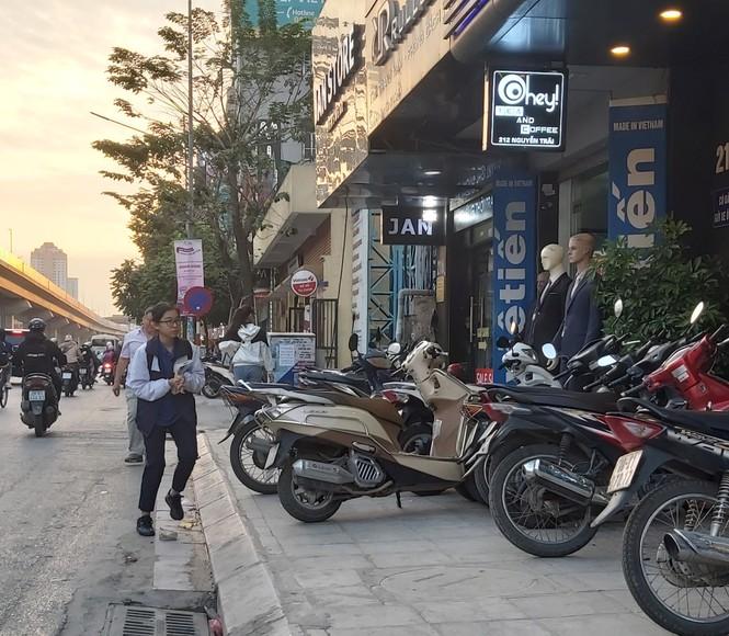 Cuối năm, người đi bộ ở Hà Nội lại bị 'đẩy' xuống lòng đường - ảnh 4