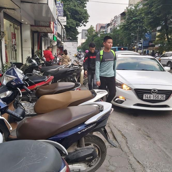 Cuối năm, người đi bộ ở Hà Nội lại bị 'đẩy' xuống lòng đường - ảnh 1