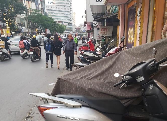 Cuối năm, người đi bộ ở Hà Nội lại bị 'đẩy' xuống lòng đường - ảnh 2