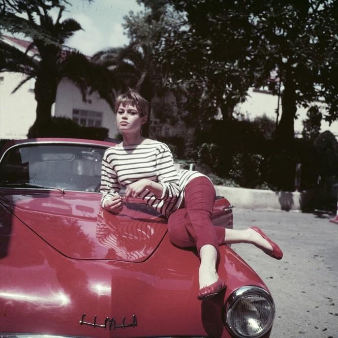 'Biểu tượng gợi cảm' Brigitte Bardot và những phong cách thời trang dẫn đầu xu hướng - ảnh 4
