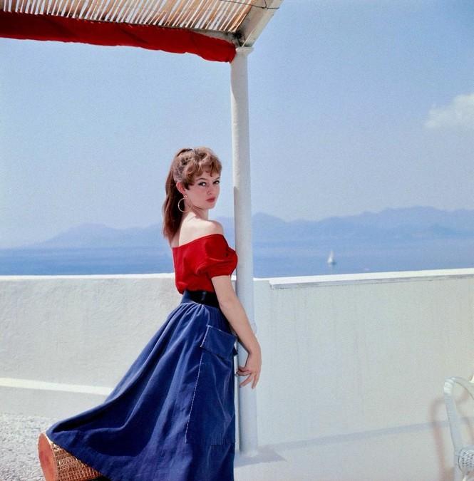 'Biểu tượng gợi cảm' Brigitte Bardot và những phong cách thời trang dẫn đầu xu hướng - ảnh 3