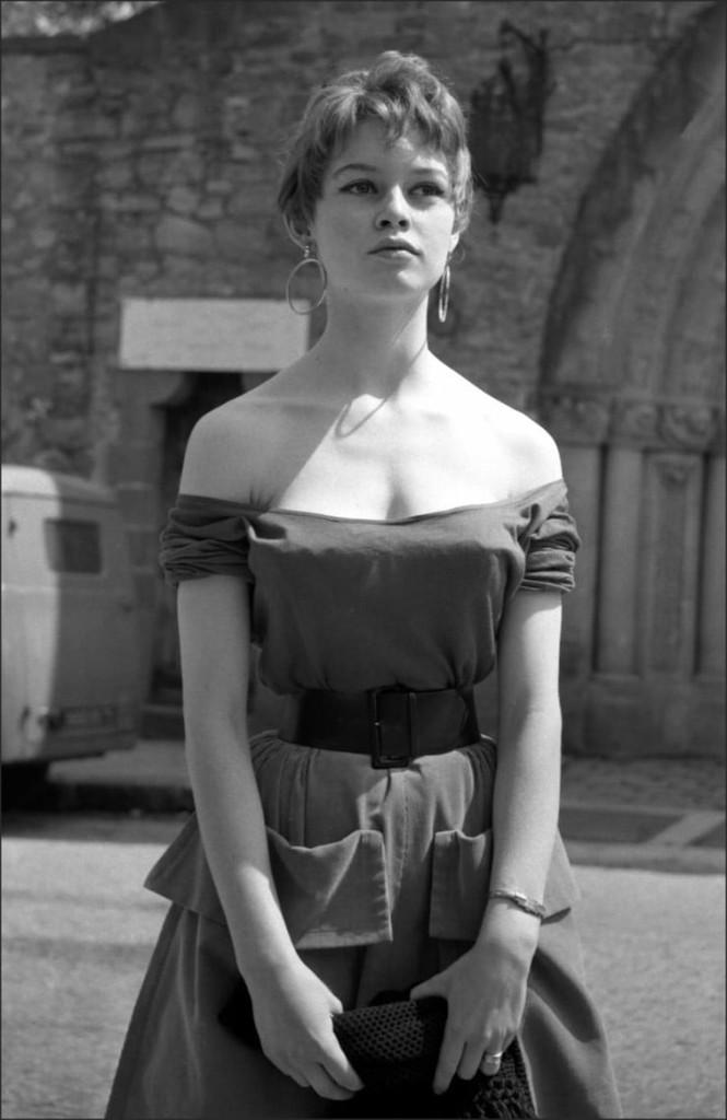 'Biểu tượng gợi cảm' Brigitte Bardot và những phong cách thời trang dẫn đầu xu hướng - ảnh 2