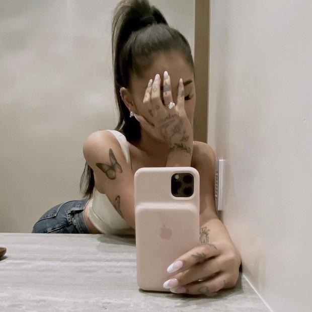 Ariana Grande đính hôn với bạn trai doanh nhân, khoe nhẫn kim cương lấp lánh - ảnh 2