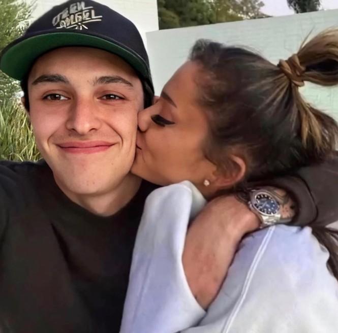 Ariana Grande đính hôn với bạn trai doanh nhân, khoe nhẫn kim cương lấp lánh - ảnh 3