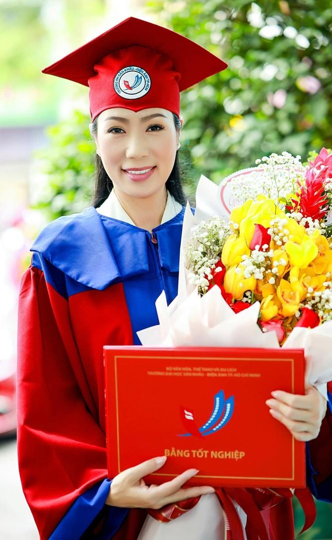 Á hậu Trịnh Kim Chi tốt nghiệp Cử nhân Đại học Sân khấu - Điện ảnh ở tuổi 49 - ảnh 1