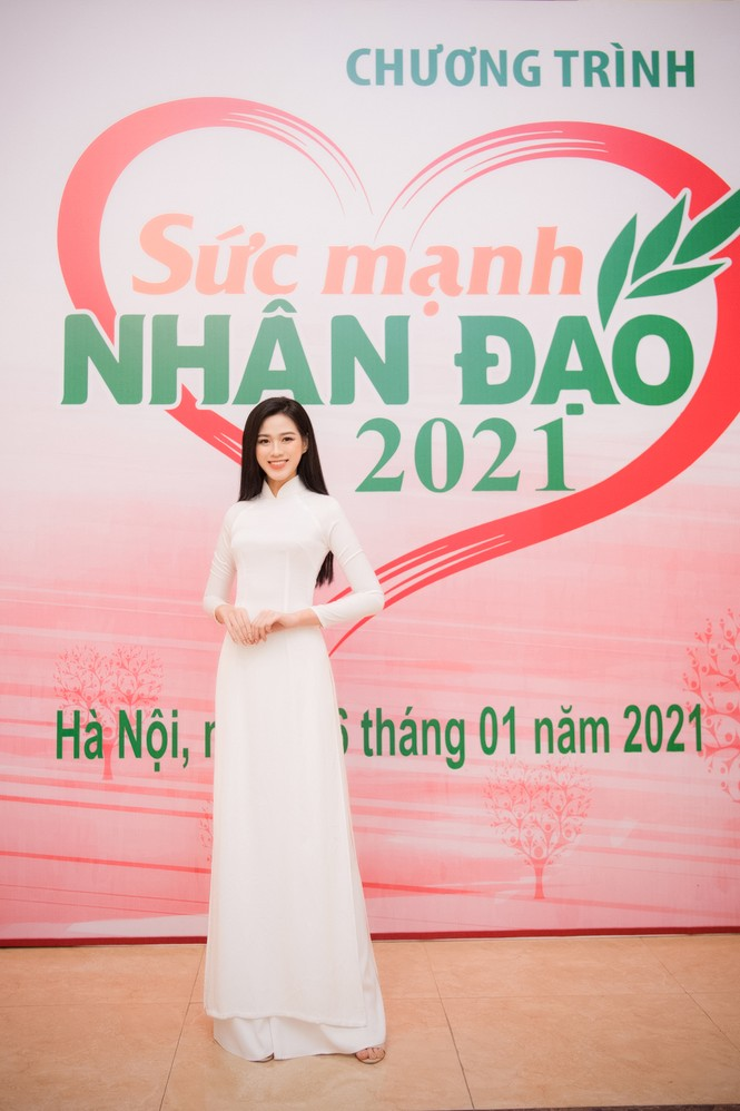 Đảm nhận cương vị mới, Đỗ Thị Hà khoe vẻ đẹp tinh khôi trong tà áo dài trắng - ảnh 1