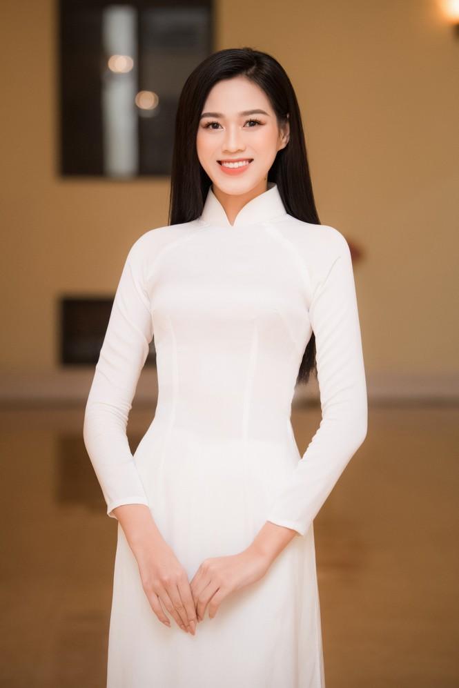Đảm nhận cương vị mới, Đỗ Thị Hà khoe vẻ đẹp tinh khôi trong tà áo dài trắng - ảnh 4