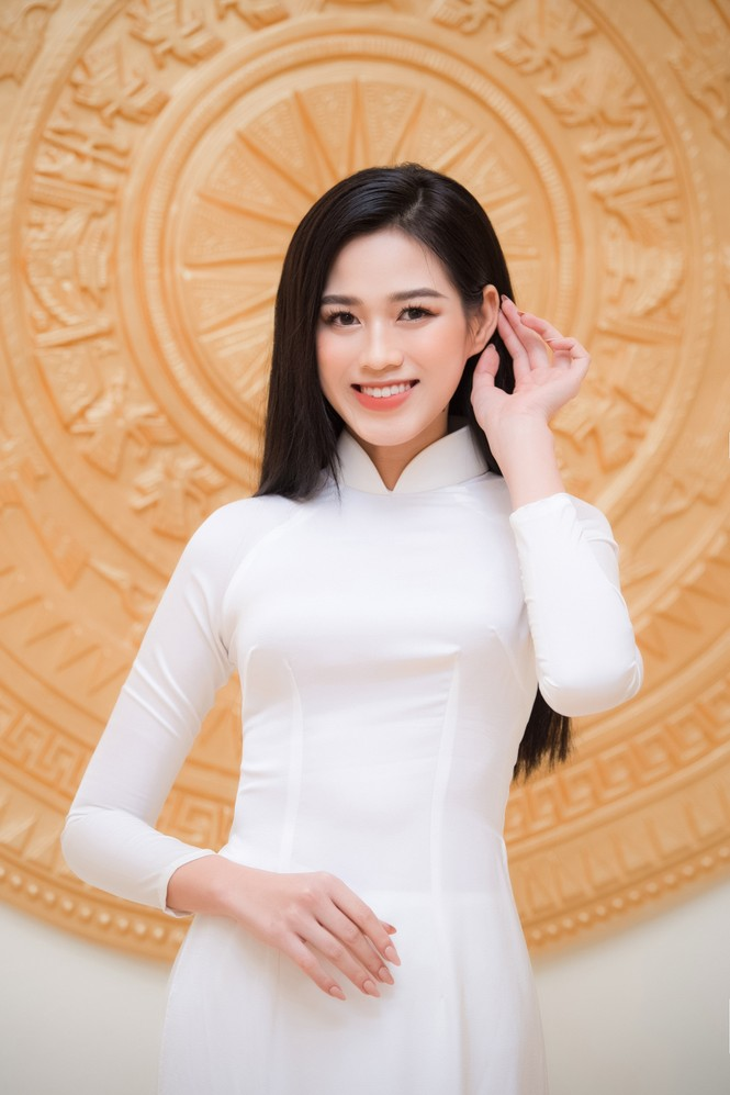 Đảm nhận cương vị mới, Đỗ Thị Hà khoe vẻ đẹp tinh khôi trong tà áo dài trắng - ảnh 5