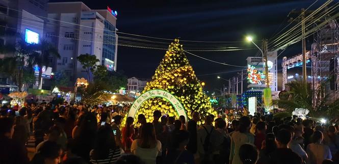 Hàng chục ngàn người đổ về Bến Tre tham quan lễ hội dừa - ảnh 11
