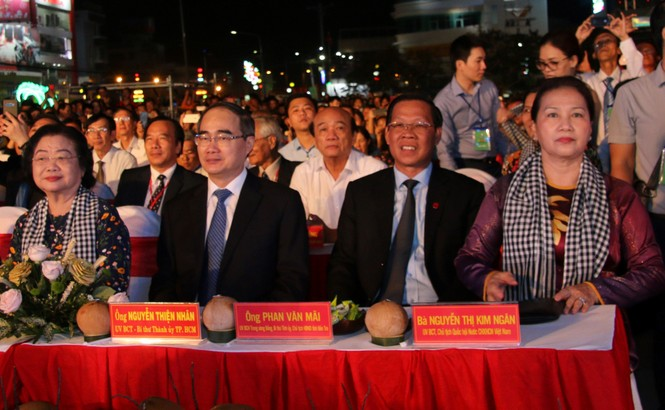 Hàng chục ngàn người đổ về Bến Tre tham quan lễ hội dừa - ảnh 2