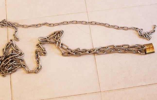 Người đàn ông tử vong vì bị em trai dùng xích trói cổ - ảnh 1