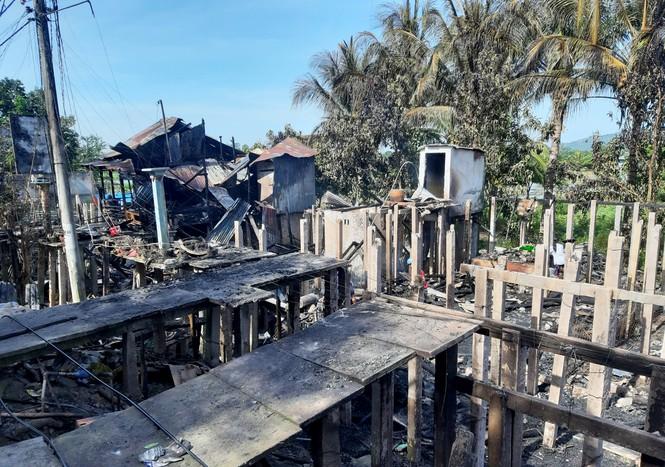 Sau tiếng nổ lớn, 7 căn nhà ở Châu Đốc bị thiêu rụi - ảnh 1