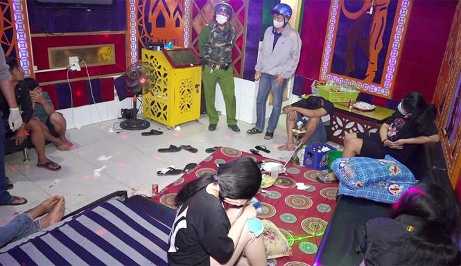 Bắt quả tang 19 nam nữ 'bay lắc' trong quán karaoke lúc nửa đêm - ảnh 2