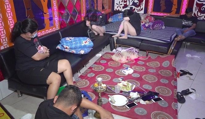 Bắt quả tang 19 nam nữ 'bay lắc' trong quán karaoke lúc nửa đêm - ảnh 1
