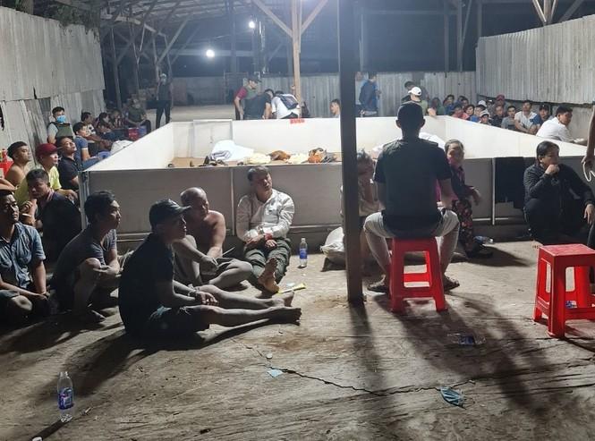 Bắt quả tang 153 đối tượng sát phạt trong kho gạo bỏ hoang - ảnh 2