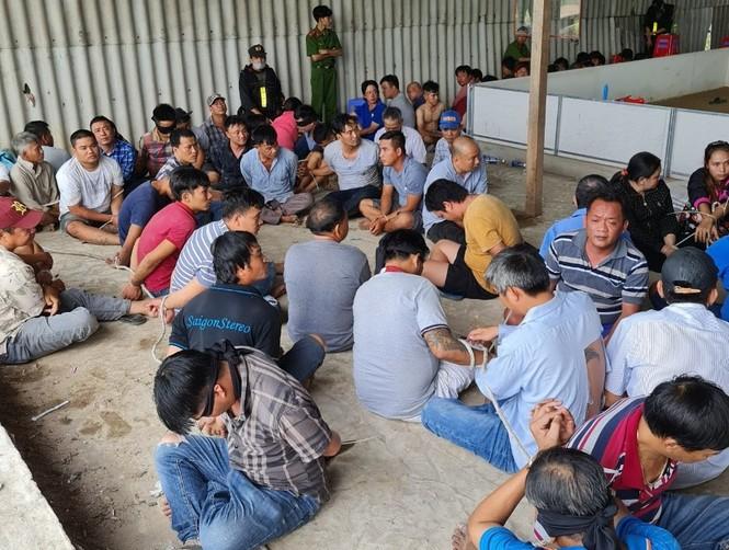 Bắt quả tang 153 đối tượng sát phạt trong kho gạo bỏ hoang - ảnh 1