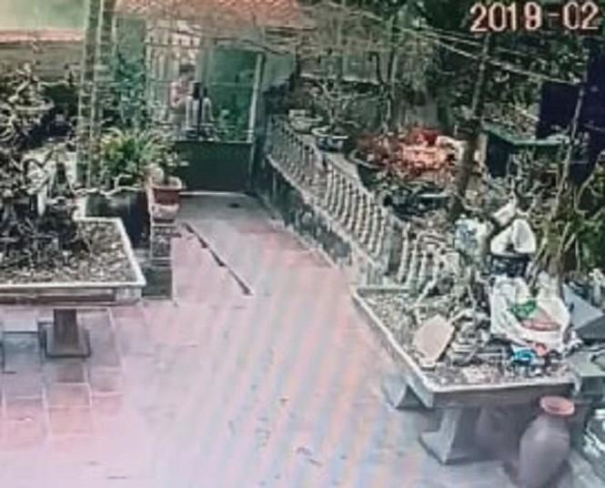 Dùng xô nhựa đánh vào mặt hàng xóm, một phụ nữ bị khởi tố, bắt giam - ảnh 1