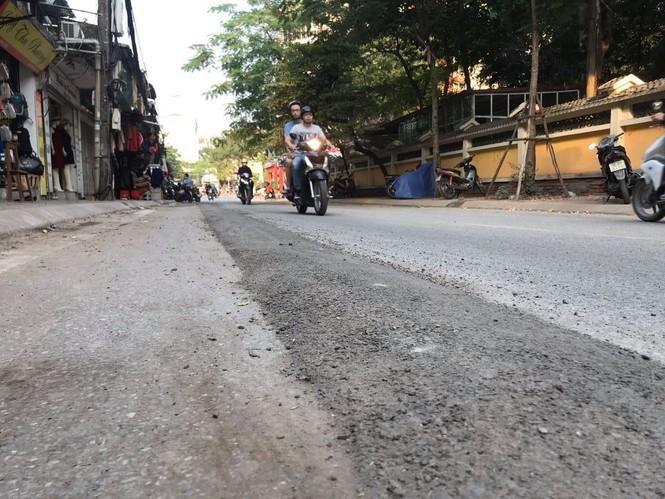 Con đường bị đào bới, chắp vá ở Hà Nội làm lại vẫn ẩu - ảnh 6
