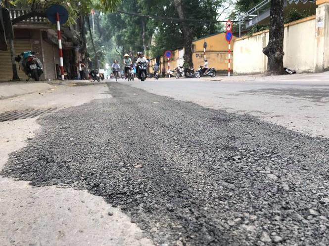 Con đường bị đào bới, chắp vá ở Hà Nội làm lại vẫn ẩu - ảnh 5