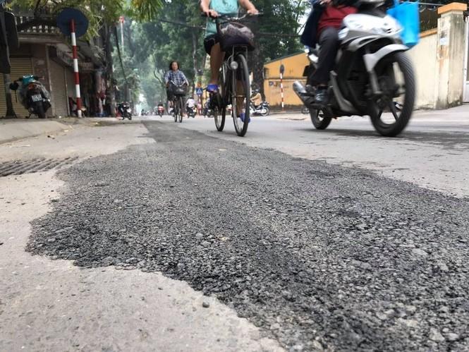 Con đường bị đào bới, chắp vá ở Hà Nội làm lại vẫn ẩu - ảnh 2