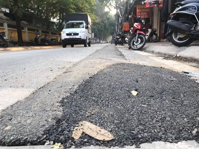 Con đường bị đào bới, chắp vá ở Hà Nội làm lại vẫn ẩu - ảnh 4
