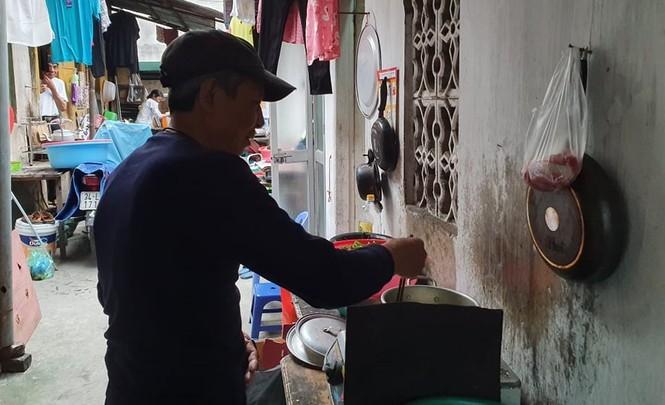 Xóm chạy thận cạnh bệnh viện Bạch Mai được hỗ trợ tiền, cách ly tại chỗ - ảnh 2