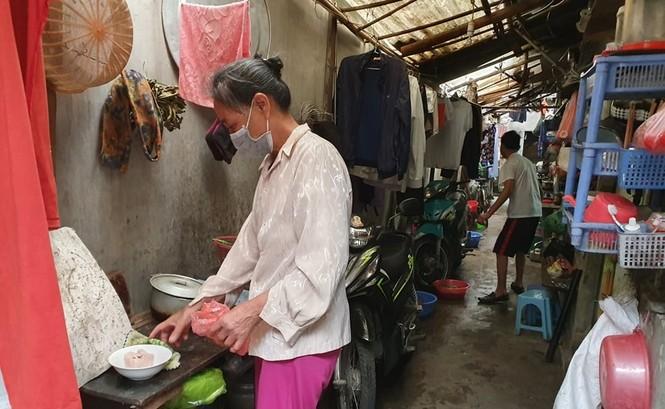 Xóm chạy thận cạnh bệnh viện Bạch Mai được hỗ trợ tiền, cách ly tại chỗ - ảnh 3