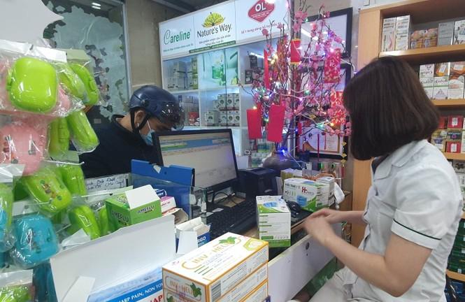 Cảnh khẩu trang y tế bày bán tràn vỉa hè Hà Nội - ảnh 1