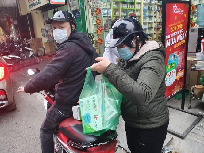 Cảnh khẩu trang y tế bày bán tràn vỉa hè Hà Nội - ảnh 4