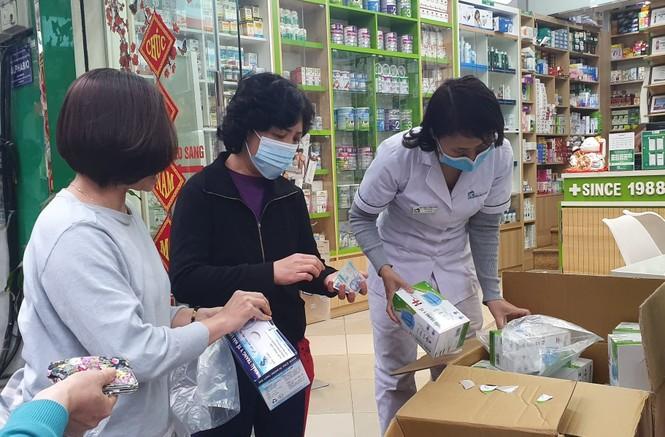 Cảnh khẩu trang y tế bày bán tràn vỉa hè Hà Nội - ảnh 3