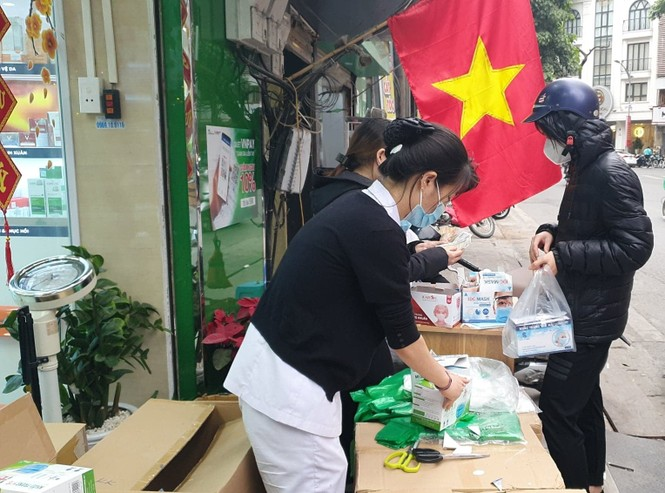 Cảnh khẩu trang y tế bày bán tràn vỉa hè Hà Nội - ảnh 2