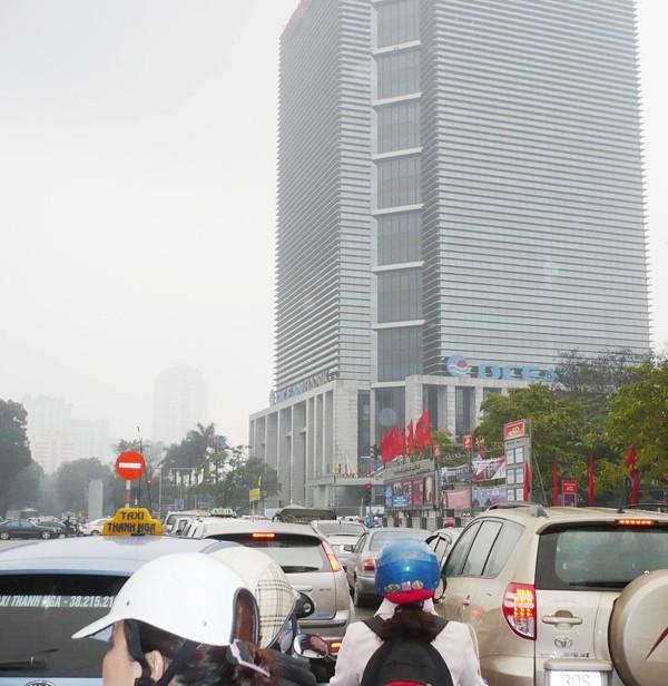 Quanh các cao ốc thường xuyên ùn tắc (ảnh chụp tuyến phố Láng Hạ). Ảnh: Trọng Đảng