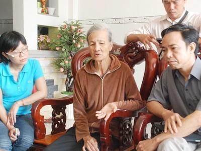 Tổng Biên tập Báo Người Lao Động Đỗ Danh Phương (bìa phải) đang chia sẻ nỗi đau             với những mất mát của mẹ nhà báo Hoàng Hùng. Ảnh: Tấn Thạnh