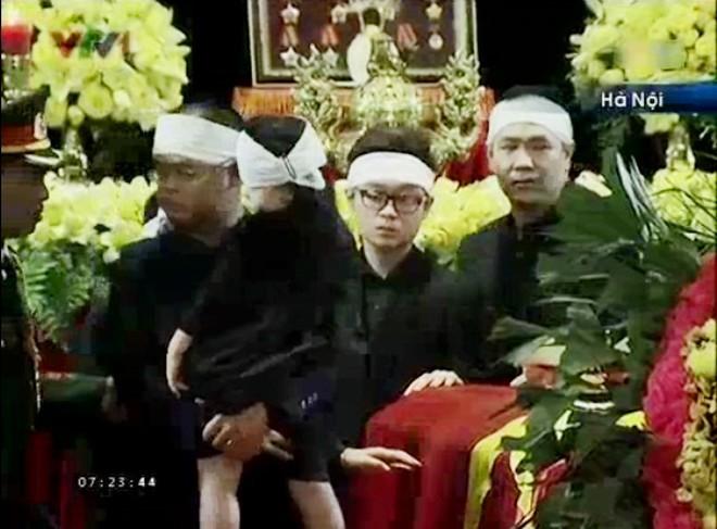 Đi sau là anh trai Võ Hoài Nam đôi mắt rưng rưng khi nhìn linh cữu ông nội             Bài viết: http://news.zing.vn/Chau-noi-Dai-tuong-lang-nguoi-truoc-linh-cuu-ong-post359956.html#home_featured.noibat             Nguồn Zing News