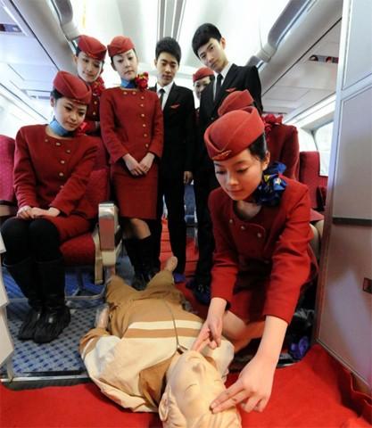 Các học viên thực hành cứu hộ. Để phục vụ những hành khách bị ốm đột xuất trên máy bay, công tác cứu thương ban đầu là bài học bắt buộc với tiếp viên hàng không
