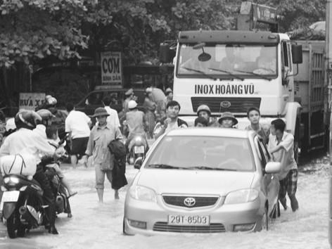Những lúc thế này, người đi đường rất cần sự hỗ trợ của lực lượng chức năng (cảnh ngập lụt trên QL 1A qua Thanh Hóa).             Ảnh: Sỹ Lực