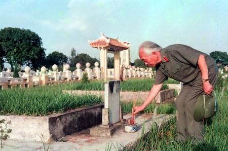 Đại tướng thắp hương bên bia mộ các liệt sĩ