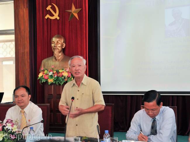 Nguyên Phó Thủ tướng Vũ Khoan trao đổi với các bạn thanh niên, sinh viên tại buổi giao lưu.