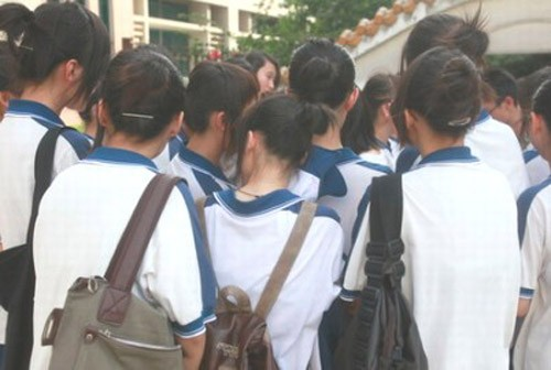 Những nữ sinh bị đuổi học vì mái tóc 'khác người' - ảnh 4