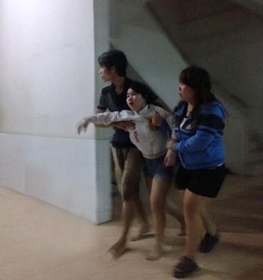 Em gái nạn nhân (ở giữa) ngất đi khi nhận được hung tin của anh trai mình