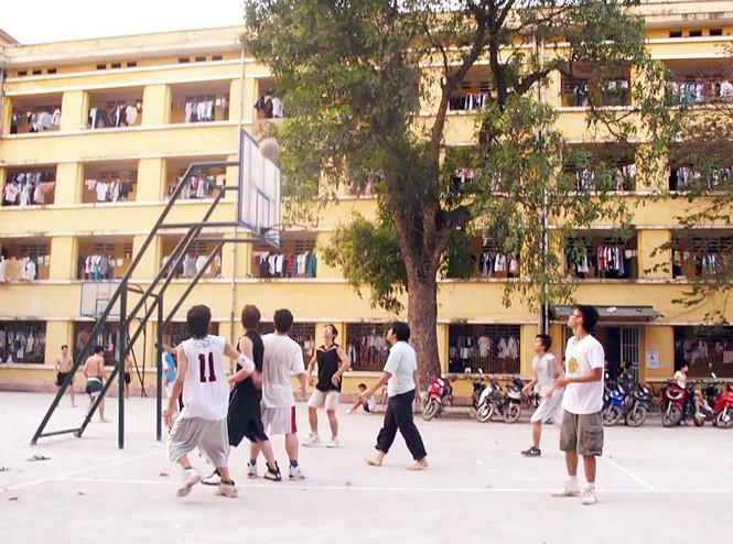KTX Trường ĐH Bách khoa Hà Nội có sân chơi bóng chuyền, bóng rổ thu hút được nhiều sinh viên sau những giờ học căng thẳng
