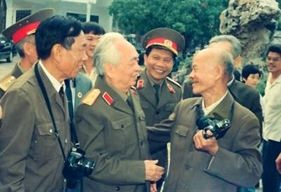 Đại tướng Võ Nguyên Giáp gặp lại các phóng viên chiến trường của Báo Quân đội nhân dân