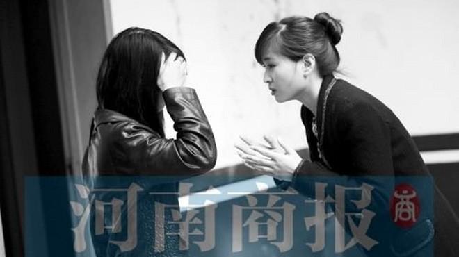 Hòa (trái) ở đồn công an Kim Thủy sáng 2-10 - Ảnh: Henan Bussiness Daily