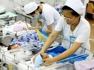 Nhân viên y tế chăm sóc cho trẻ sơ sinh. (Ảnh minh họa: Dương Ngọc/TTXVN)